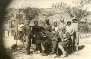 Στο κέντρο καθιστός ο τότε πρόεδρος του καλλιτεχνικού τμήματος του Παρνασσού Ιπποκράτης Καραβίας, μέλος του Συλλόγου από το 1893.