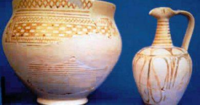 Πήλινα αγγεία και χάλκινο νόμισμα από τις Αλαλκομενές, στο οποίο διακρίνεται η μορφή του Οδυσσέα