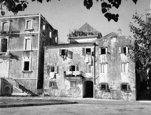 Η μπροστινή όψη του κτιρίου της Ιονίου Ακαδημίας μετά το βομβαρδισμό του 1943 από τους Γερμανούς
